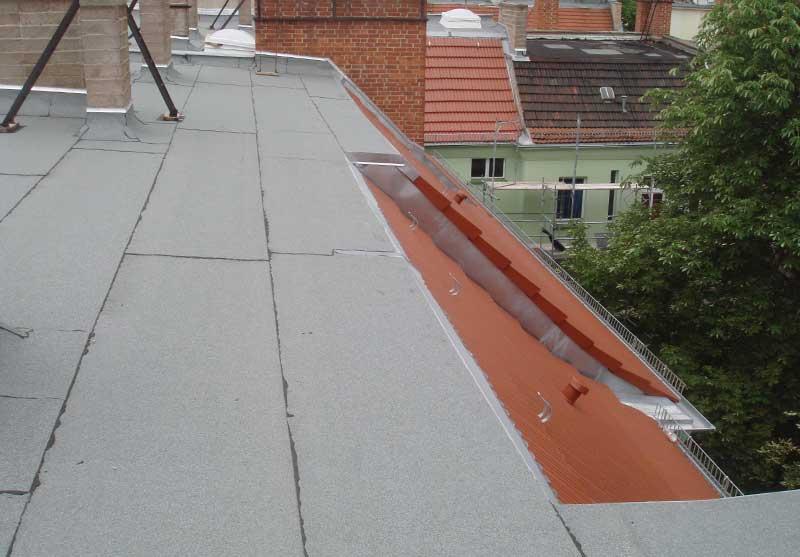 Foto von einem Flachdach mit geschweißten Bitumenbahnen