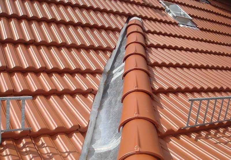 Foto von einem Steildach das mit roten Dachziegeln gedeckt ist